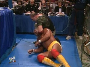 WWE_WWF_Wrestlemania-VII_Sgt-Slaughter_vs_Hulk-Hogan_Slaughter-strangle-Hogan-with-tv-wire
