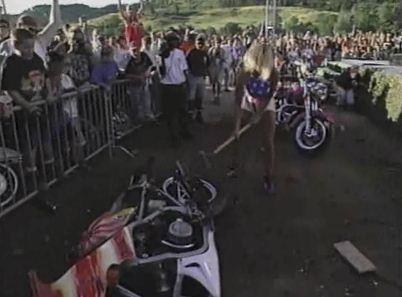 Madusa destruye la moto de Bull Nakano's