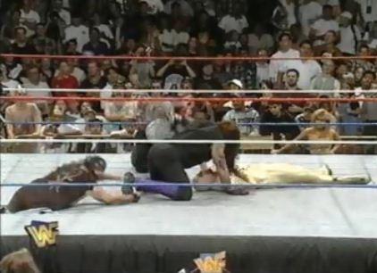 Mankind ataca a Undertaker