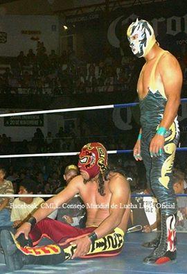 Infierno (de pie) junto a Sangra Azteca.